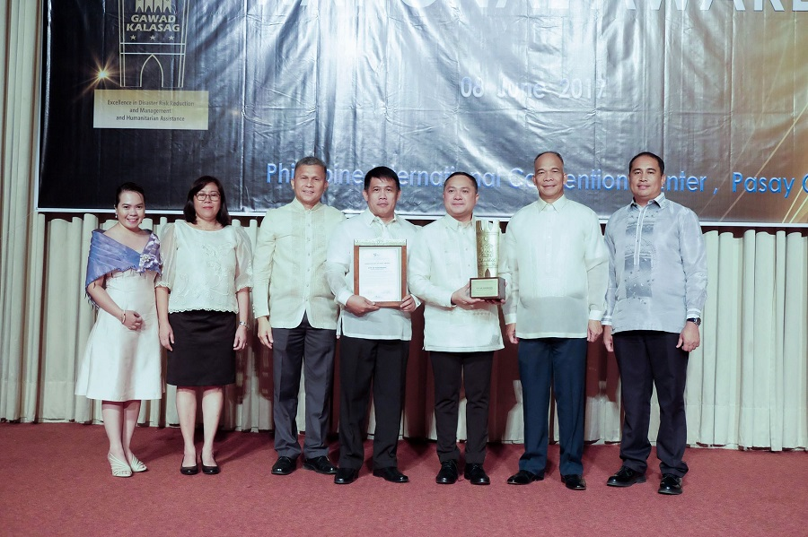 In picture: NDRRMC Executive Director and OCD Administrator USec Ricardo B Jalad (3rd from left) with Koronadal City Administrator Cyrus Jose Ubano (4th from left) and Mayor Peter B. Miguel (with trophy) received the Gawad KALASAG during the 18th Gawad KALASAG National Awarding Ceremony at the Philippine International Convention Center, Pasay City on June 8, 2017. (Photo source: https://www.facebook.com/NDRRMC/)
